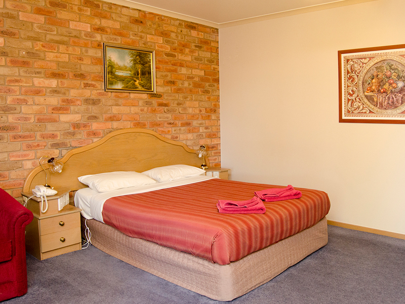 https://www.pinescountryclubmotorinn.com.au/wp-content/uploads/2016/05/Spa-Room2.jpg